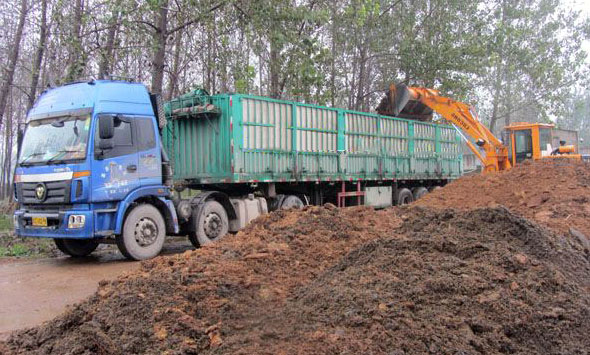load chicken manure to the truck